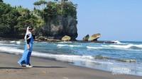 Pantai Madasari Pangandaran memiliki pasir cokelat kehitaman.