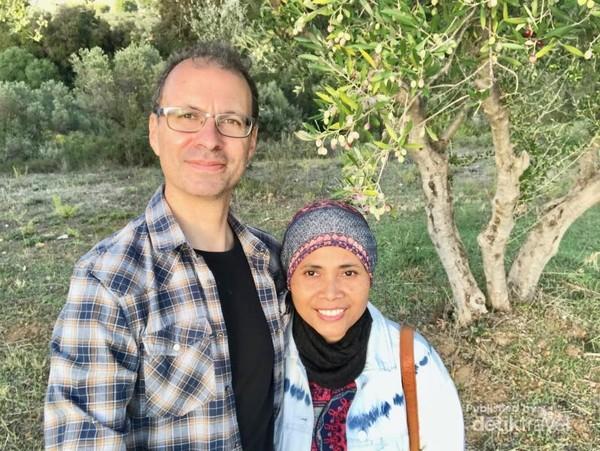 Menyempatkan berfoto di bawah pohon zaitun yang sedang berbuah