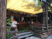 Sebuah tempat makan pas di sebelah kiri pasar Nha Trang.