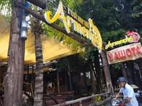 Suasana tempat makan di pasar Nha Trang
