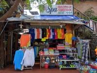 Sebuah kedai tempat menjual cendera hati di pasar Nha Trang