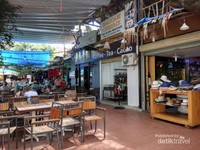 Sebuah kedai topi cendera hati di pasar Nha Trang yang dekat dengan tempat makan di tengah pasar.
