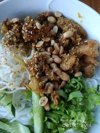 Bihun yang disajikan dengan daging dan kacang serta sambal.