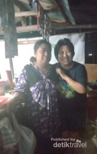 Berfoto bersama ibu penjual
