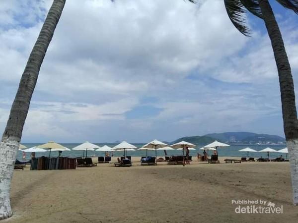Birunya langit Nha Trang di Pantai ini