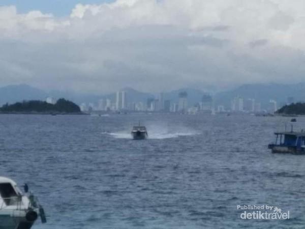 Boat-biat yang berlalu lalang dari pulau-pulau kecil sekitar Nha Trang