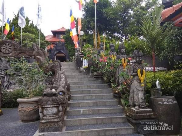 Tangga masuk menuju bangunan utama Vihara Dharma Giri.