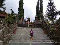 Berfoto di tangga masuk Vihara.