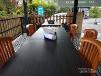 Meja kursi yang diatur rapi.