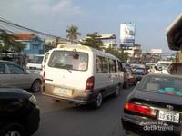 Jalanan kota yang padat dengan mobil.