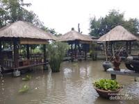 Kolam sekeliling gazebo yang asri.