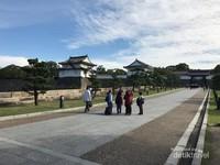 Pemandangan di pekarangan sebelum masuk ke gerbang utama Kastil Osaka.