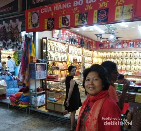 Suasana malam di pasar Hoangsa