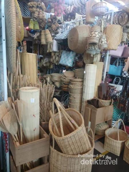 Aneka peralatan yang biasa digunakan oleh suku Dayak di kawasan ini.