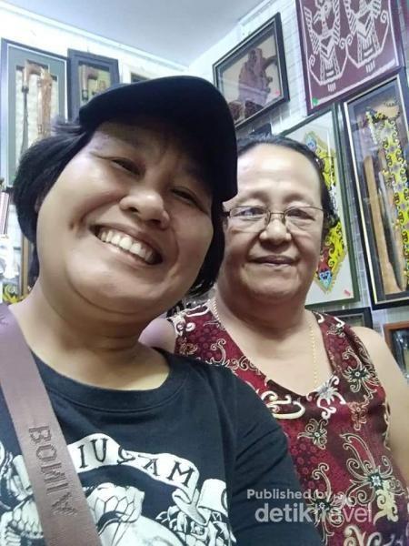 Berfoto dengan salah satu ibu pedagang di pusat kerajinan.