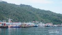 Dermaga tempat kapal bersandar dan perumahan penduduk.