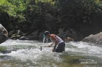 Menangkap ikan dengan cara tradisional.