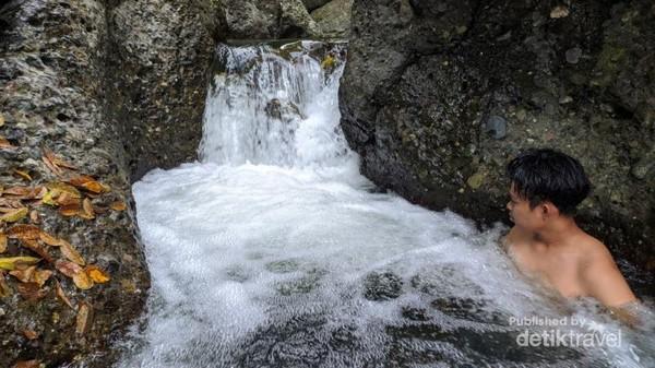 Menikamati kesegaran air pegunungan di Sungai Laburang Gallang
