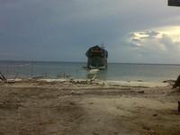Pelepasan kapal pinisi ke laut.