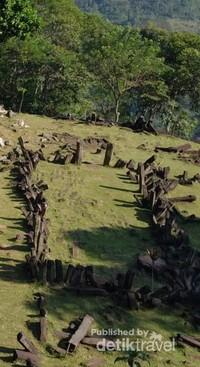 Situs Gunung Padang berada di perbatasan Dusun Gunungpadang dan Panggulan, Desa Karyamukti, Kecamatan Campaka, Kabupaten Cianjur.