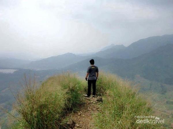 Gunung Batu Jonggol ini terletak di Desa Sukaharja, Kecamatan Sukamakmur, Bogor.