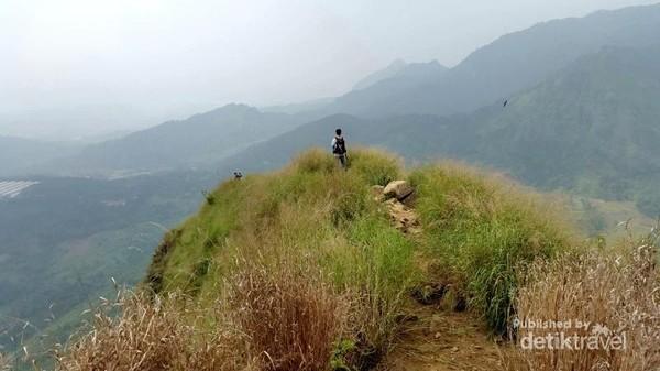 Harga tiket masuknya adalah Rp 30.000 yang sudah termasuk biaya parkir dan pendakian sampai puncak.