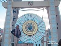 Gong ini tidak jauh dari Lapangan Ambon Manise atau di tengah kota.