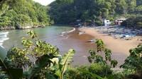 Pantai Baron ini berada di Rejosari, Kemadang, Kec. Tanjungsari, Gunung Kidul ini punya pesona dari banyaknya kapal nelayan dan mercusuar yang megah.
