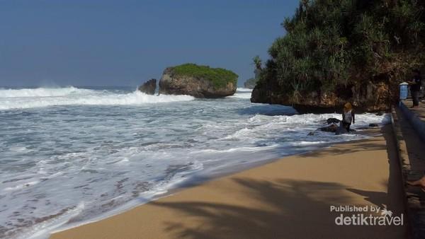 Pantai Kukup di Jl. Pantai Kukup, Ngepung, Kemadang, Tanjungsari, Gunung Kidul ini terkenal dengan Pulau Karang yang ada di timur Pantai Kukup.