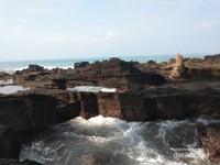Batu Karang yang indah yang jarang dimiliki pantai lain.