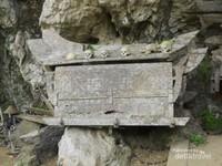 Kuburan berbentuk perahu atau disebut sebagai erong.