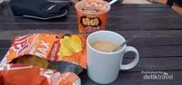 Secangkir kopi, snacks dan mie instan pelengkan bersantai