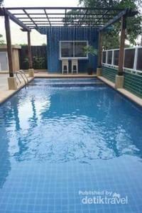 Kolam renang yang ada di lantai paling atas resort ini.