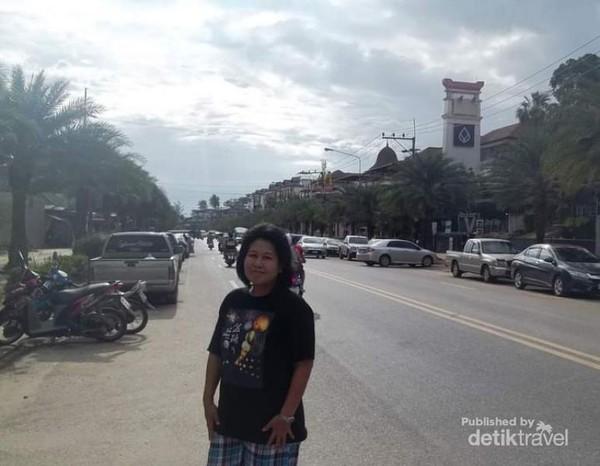 Berfoto di salah satu tepian jalan kawasan Ao Nang