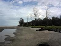 wisatawan dimanjakan dengan garis pantai yang sangat luas dan panjang.