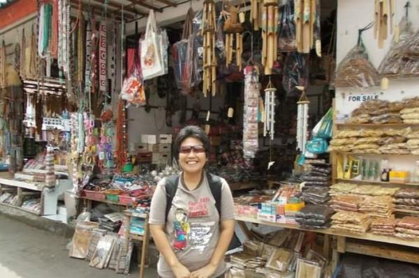 Berfoto dulu sebelum menyusuri lorong-lorong Pasar Candi Kuning.