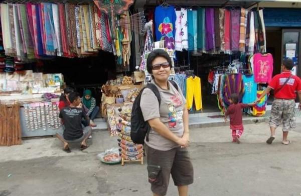 Aneka kain cantik yang ditawarkan di Pasar Candi Kuning.