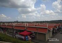 Potrel lapak-lapak pasar tradisional tepian Mekong yang bersih.