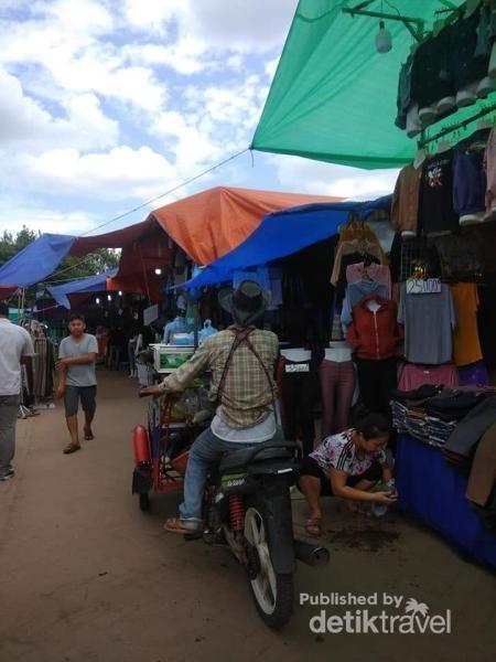 Jalan-jalan petang cuci mata di pasar tradisional.