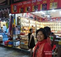 Suasana pertokoan di sekitar Tranh Phu.