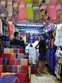 Berbagai model pakaian pantai yang ditawarkan mengingat Tranh Phu langsung berseberangan dengan pantai.