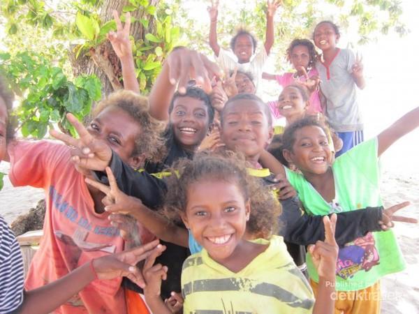 Penduduk Kampung Arborek antusias dengan wisatawan yang datang, mereka menyambut dengan ramah dan hangat.