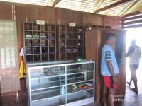 Desa ini menyediakan sewa peralatan menyelam dan homestay.