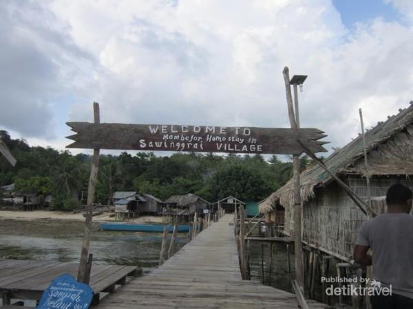 Desa Sawinggrai berada di Distrik Meos Mansar, Kabupaten Raja Ampat, Provinsi Papua Barat. Jaraknya hanya 2-4 jam dari Waisai menggunakan perahu.