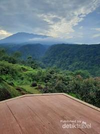 Pemandangan dari atas Bukit Lingkung Gunung Bogor.