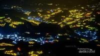 Penampakan lampu-lampu kebun bawang warga di Desa Tontonan dan sekitarnya.