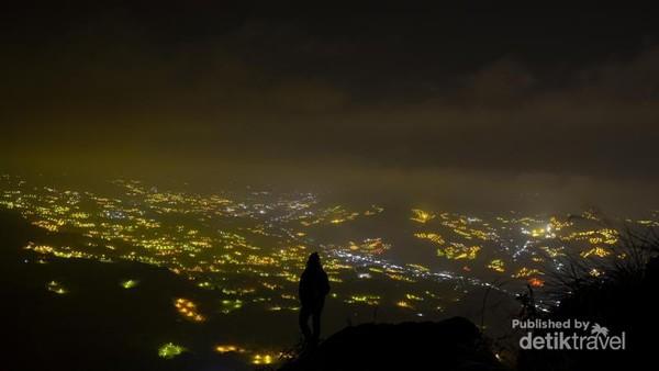 Puncak Bukit Lakawan salah satu spot tertinggi untuk melihat keindahan lampu-lampu kebun di Kecamatan Anggeraja.