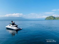 Salah seorang teman sedang menjajal jet ski di Danau Ranau.