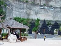 Suasana di Pantai Melasti, pengunjung sedang asik duduk di bale-bale