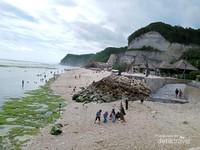 Foto pasir putih, pengunjung sedang bermain di Pantai